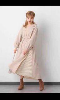 日牌 日系洋裝 米粉色百摺長洋裝 米色 長袖洋裝 長洋裝 排扣洋 綁帶