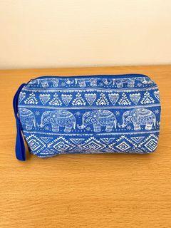 泰國 寶藍色 大象圖騰化妝包 小包(內有些許因眼線筆漏水的微灰色污點 已清洗過 還是有些微看得到)