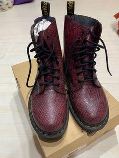 Dr. martens 蛇皮酒紅八孔靴子