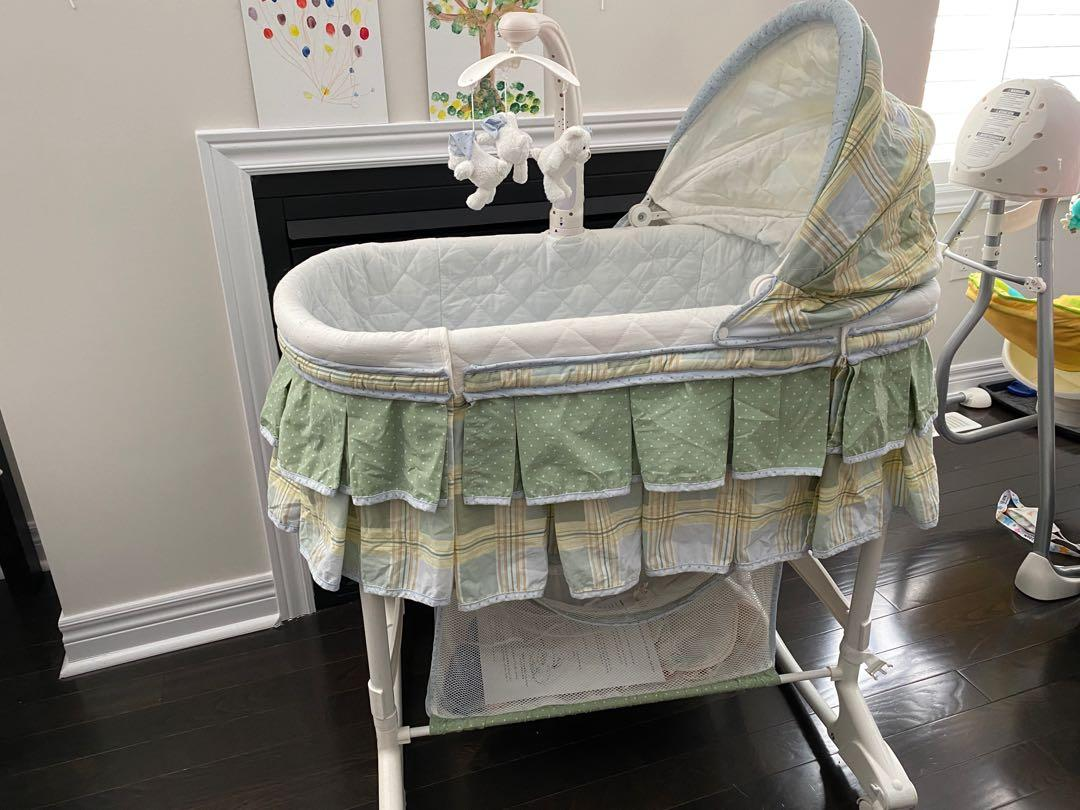 Bassinet with music mobile