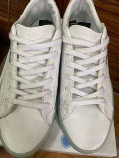 愛迪達白色板鞋