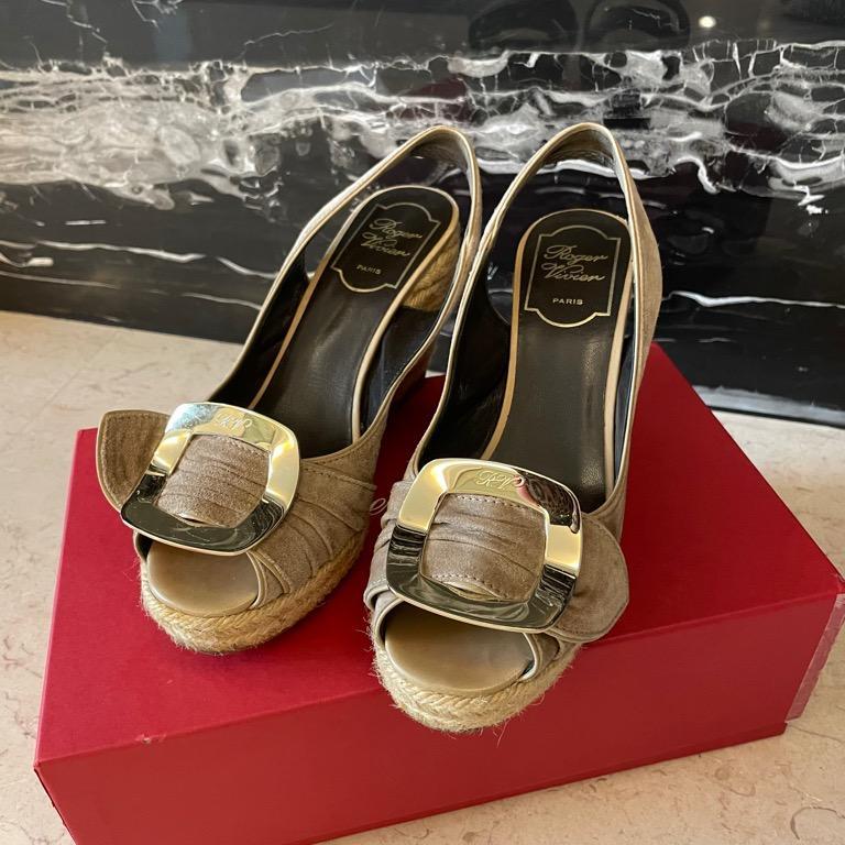Roger Vivier 麂皮配古銅金方釦楔型鞋