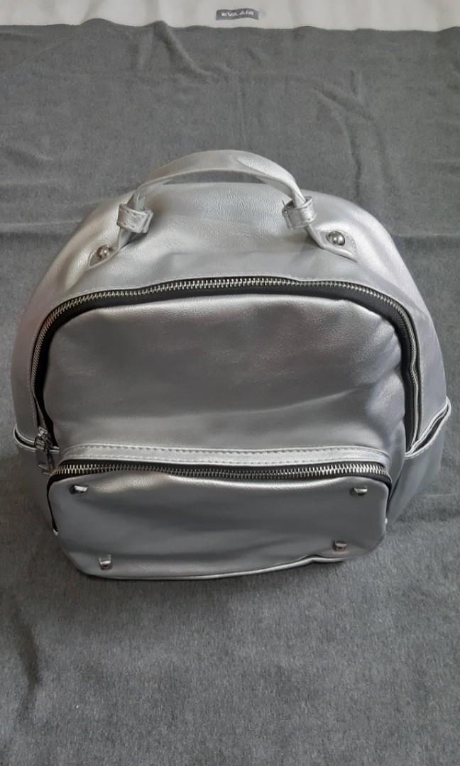 背包.後背包.手提包-大容量包.軟皮質-銀色係.一件$500元
