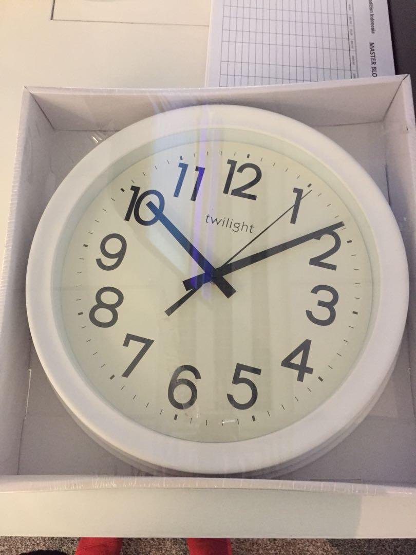 Jam dinding diameter 32 Informa