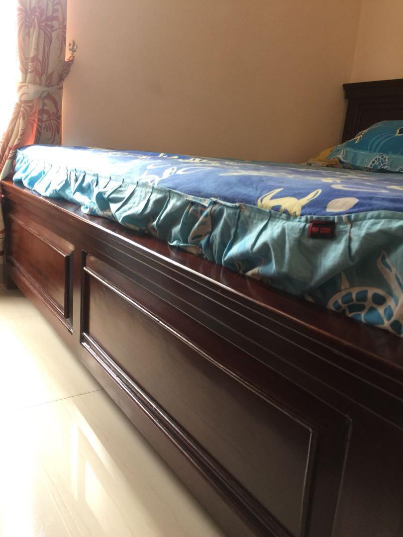 Dipan kayu tempat tidur