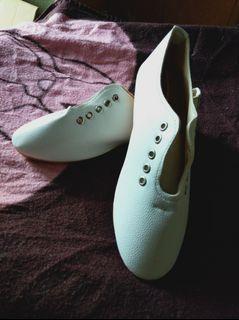 皮革小白鞋