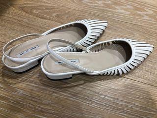 白色直條小跟鞋