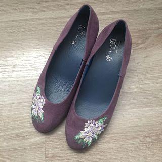 原價1680小花園手工製作紫花一寸跟繡花鞋高跟氣墊鞋