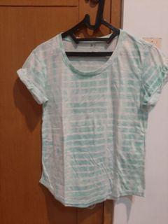 Kaos putih hijau garis