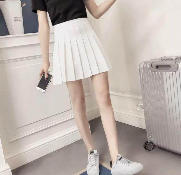 Size small white pleated skirt