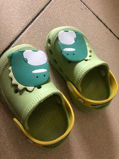 Sandal Crocs DINO SOL LEMBUT