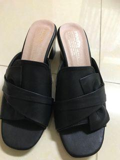 造型拖鞋加灰色上衣