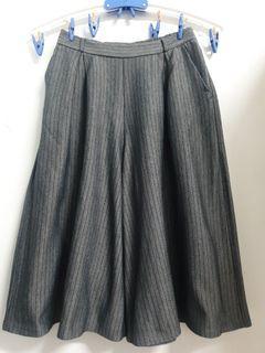 GU 深灰色直條紋褲裙S號