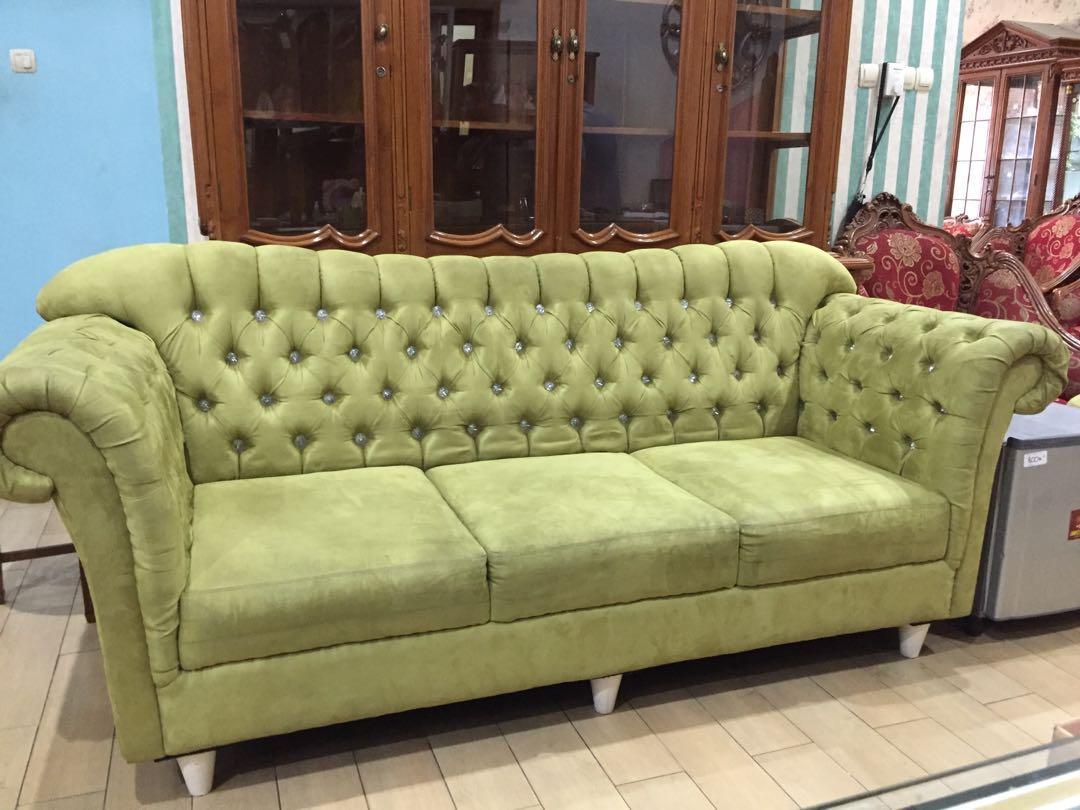 Sofa hijau + puff bulat tanpa meja
