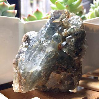 綠幽靈骨幹晶簇Green Phantom原礦.巴西幽靈原礦/綠幽靈晶簇稀有品項.原皮原始能量未打磨/一物一拍「🈵️千免運」附立方木質底架
