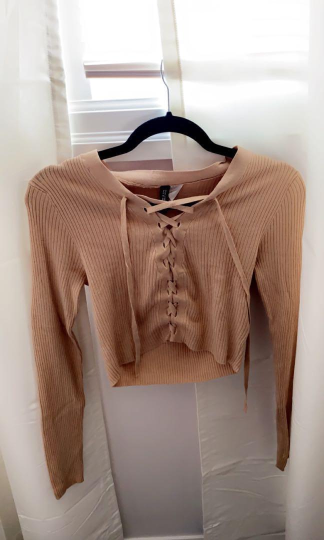 Zigzag pattern long sleeve beige crop top