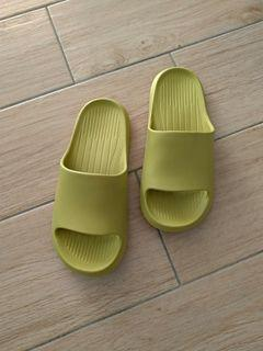 綠色室內拖鞋