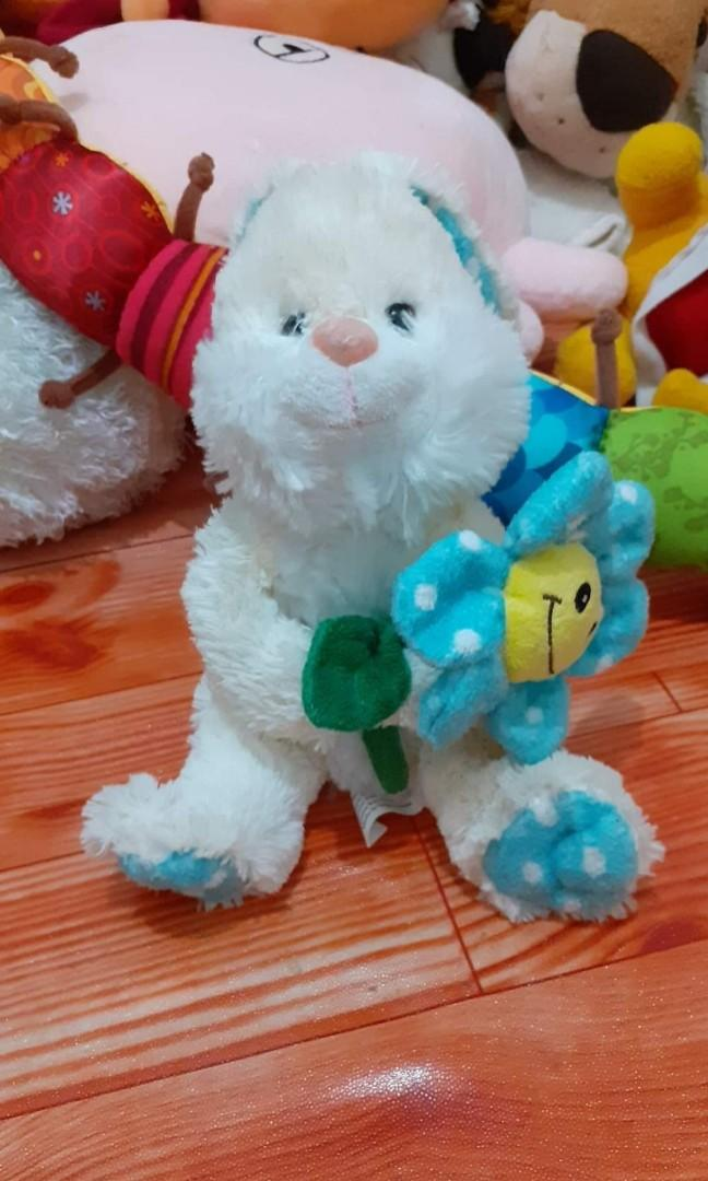 Boneka Kelinci bawa bunga
