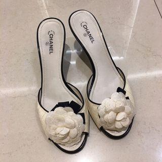 Chanel 白色山茶花低跟拖鞋