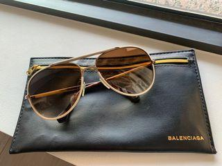 BALENCIAGA巴黎世家。皮革框太陽眼鏡。飛行員眼鏡。淺色鏡片。二手飾品。