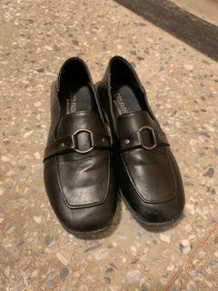 黑色皮鞋(近全新)*搭配衣服一起買只要100元