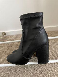 Novo Boots - Size 6