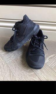 Nike Kyrie系列 孩童黑色球鞋 幾乎無磨損