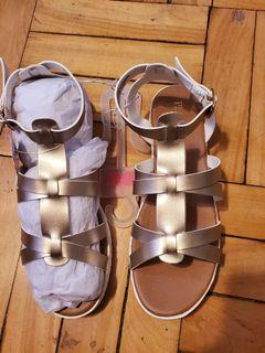 BNIB) Girls size 5y strappy Sandles