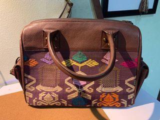 Tas kulit dengan etnik tenun