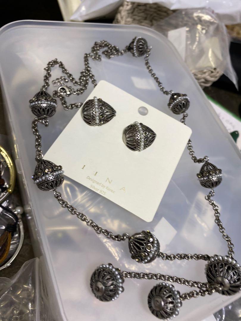 銀色頸鏈、銀色耳環一套