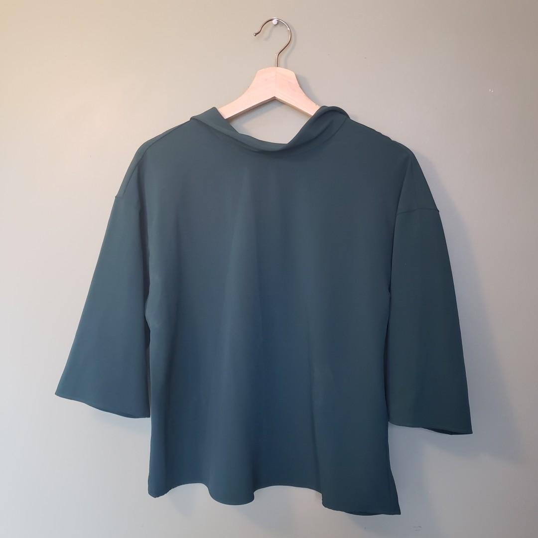 Uniqlo mid-sleeve dark green top / blouse