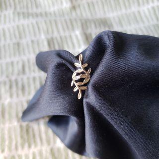 🌿 Dainty leaf ear cuff