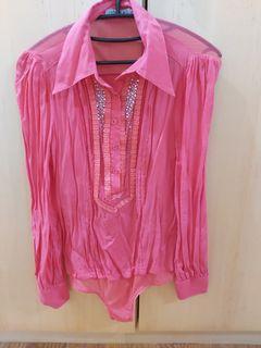 桃紅色絲質上衣