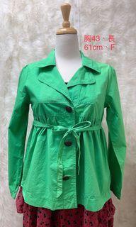 草綠色薄外套、小紅點微瑕、不影響穿著