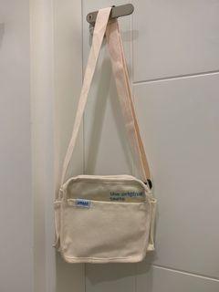 米白色 帆布小包 可肩背 可斜背 背帶可調整