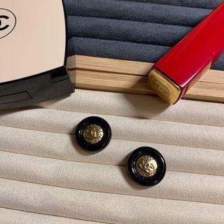 Chanel經典胖圈圈黑金鈕扣 2入