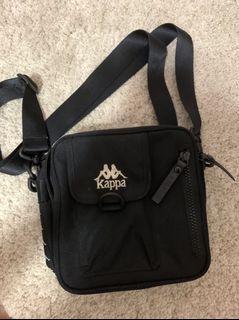 Kappa 黑色小側背包