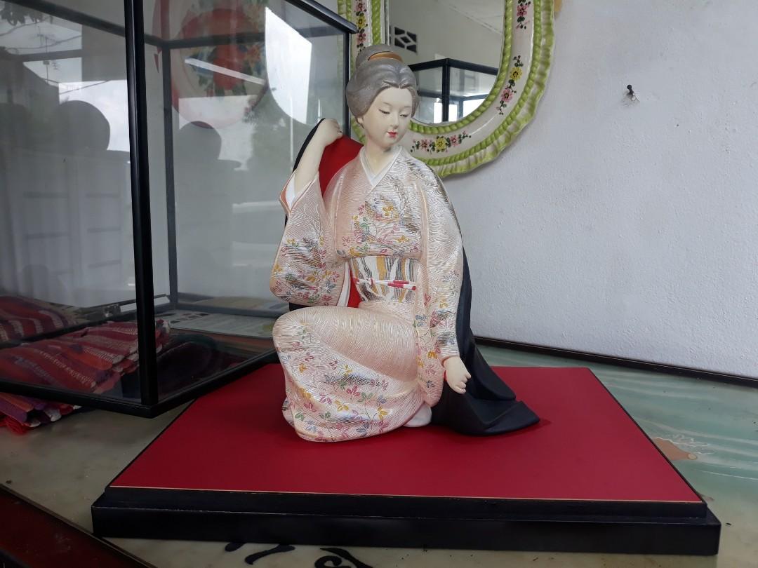 Japan Yakuza Geisha.. Material Clay..Handmade...handpainted.. Yakuza SYMBOL, PEONY FLOWER.. Artist Signature... Figurine size..14x8inches..box size..20x18inches.. 450.00 Pos buyer pay...