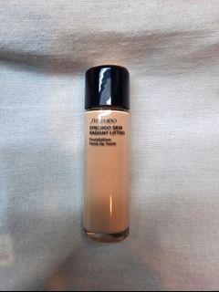 Shiseido Synchro Skin Radiant Lifting Foundation in Ivory 10ml