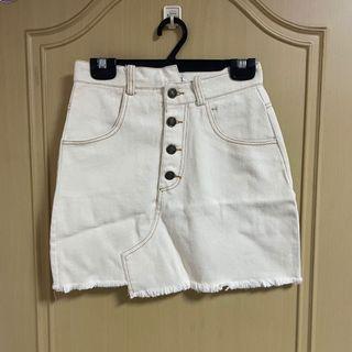米白排釦不規則牛仔短裙 #收假