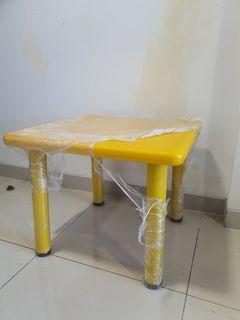 Informa Yellow Kid Table