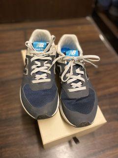 New Balance 經典款深藍球鞋