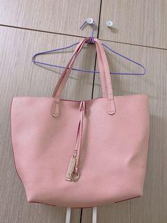 粉色肩背包