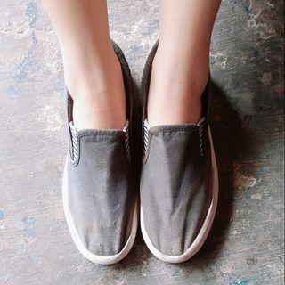 Sepatu slip on hitam putih
