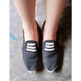 Sepatu slip on hitam putih tali