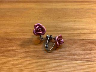 玫瑰夾式耳環*搭配衣服一起買,只要50元!