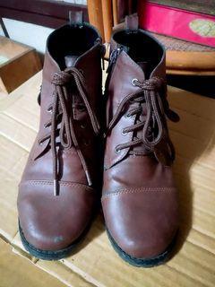 率性風 綁帶低跟靴