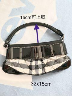burberry bag(92%new )請參閱10張照片,只有手袋👜金屬扣手感不厚重,小包包👝大容量。