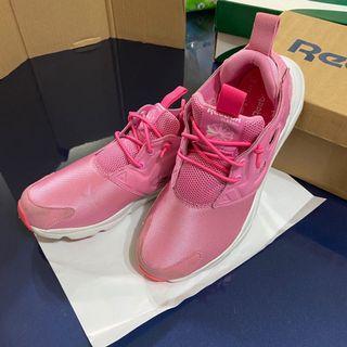 REEBOK 粉色休閒鞋
