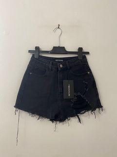 BRAND NEW - PRETTY LITTLE THING washed black distressed denim mom shorts size 6